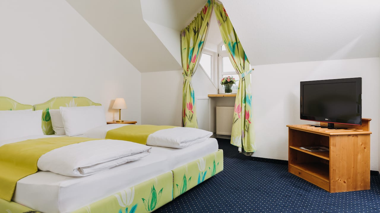 Die großzügige Suite ist ideal, wenn Sie mit mehr als 2 Personen verreisen, einen längeren Urlaub geplant haben oder Sie es einfach lieben, viel Platz zu haben. Größe mit Badezimmer ca. 94 qm. (Bild: Gutshof Sagmühle)
