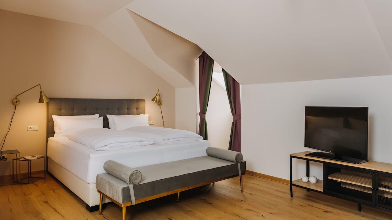 Die moderne & stylishe Wellness Suite ist ideal, wenn Sie ein zweisames Wochenende geplant haben oder einfach den Komfort einer privaten Sauna und einer Whirlpoolwanne genießen möchten. (Bild: Gutshof Sagmühle)