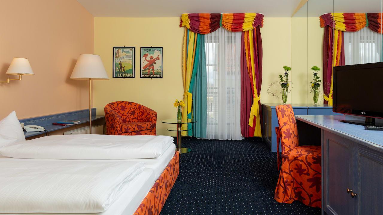 Jedes der gemütlich eingerichteten Doppelzimmer Ost besticht auf seine ganz eigene Art & Weise. (Bild: Gutshof Sagmühle)
