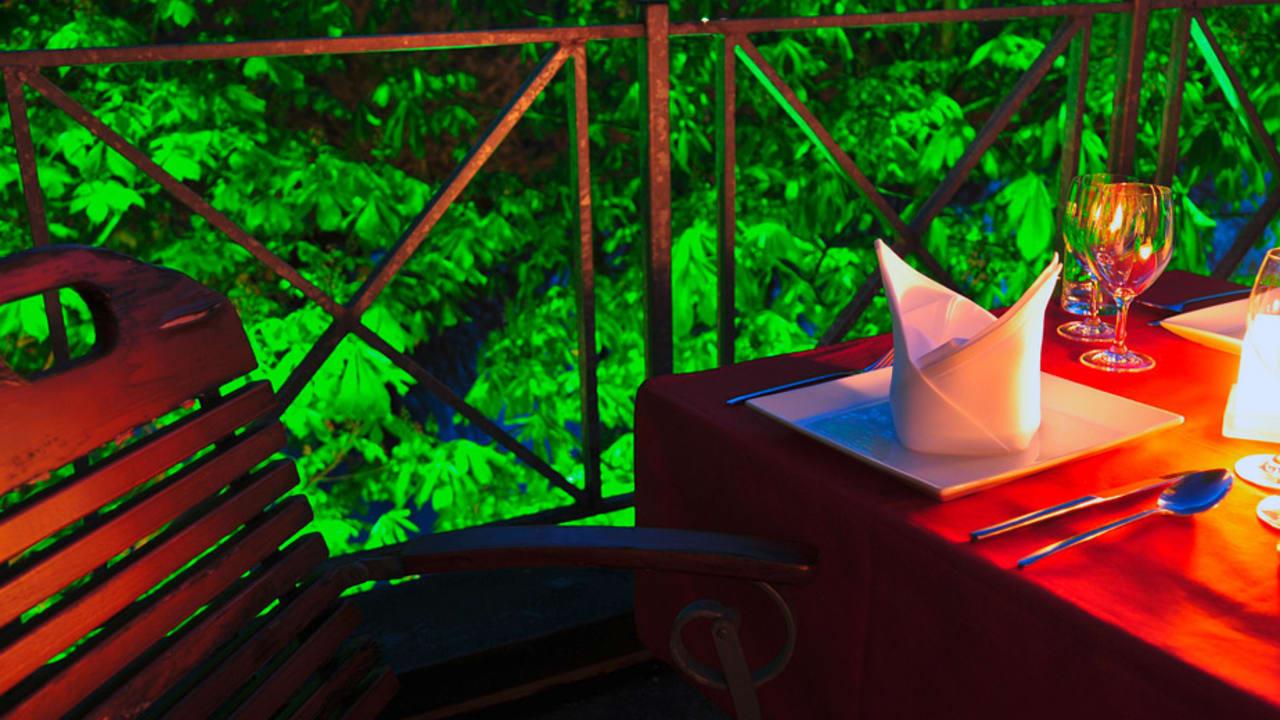 Auch auf der Terasse kann man im Sommer essen. (Foto: Hotel am Ruhrufer Business & Golf)