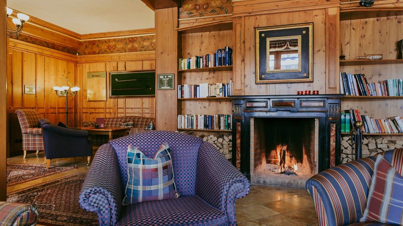 <h2>Lobby mit offenem Kamin</h2>In der Hotellobby genießen Sie das Knistern des offenen Kamins. (Foto: Hotel Drei Quellen Therme)