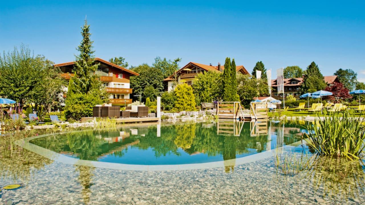 Entspannte Stunden mit Bergblick verbringen - der Naturpool im Garten des Parkhotels Frank ist für die Gäste ein besonderer Anziehungspunkt. (Foto: epr/Parkhotel Frank)