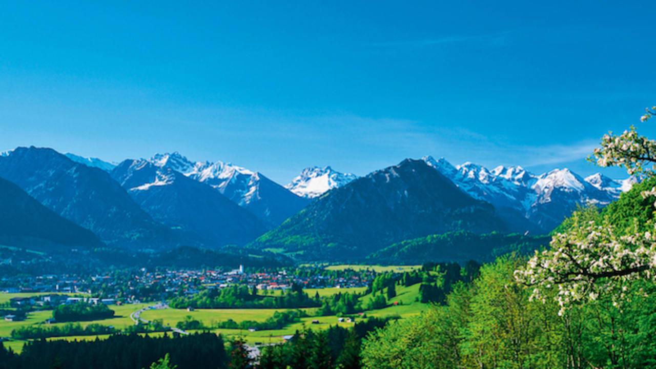 In Oberstdorf kann man die schönsten Seiten des Allgäus erleben: seine Landschaften, die Berge und die heimatverbundenen Menschen. (Foto: epr/Oberstdorf Tourismus/Parkhotel Frank)
