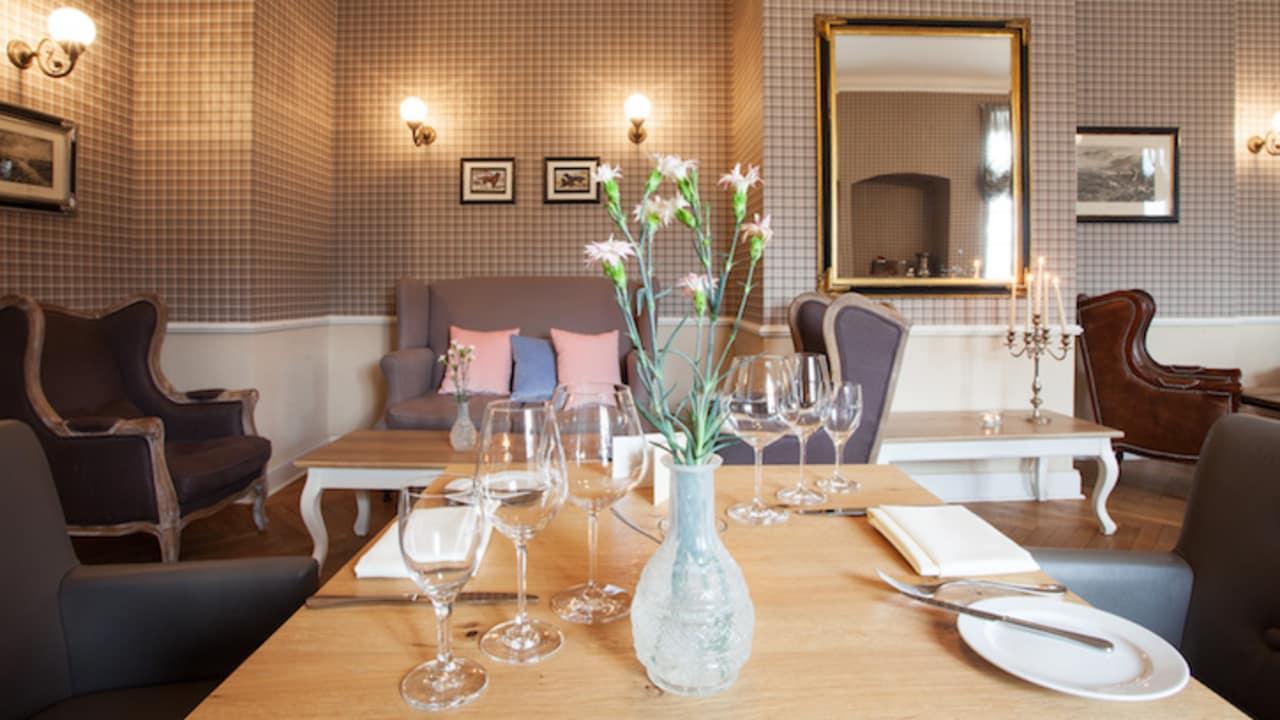 <h2>Diverse Sitzmöglichkeiten in den langen Fluren</h2> Die Lounge lädt zu Verweilen ein und bietet genug Platz für alle Gäste (Foto: Schloss Basthorst)