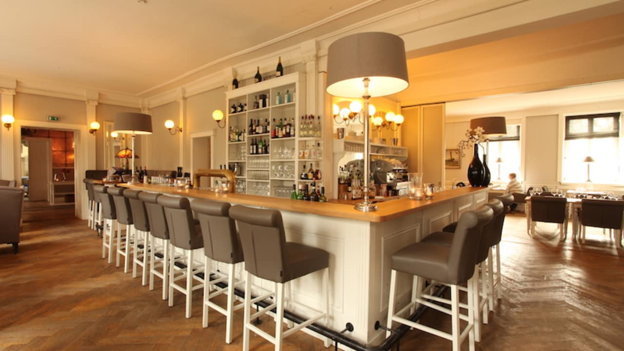 Sie können in der Bar einen guten Wein oder das eigene Basthorster Pils genießen. (Foto: Schloss Basthorst)