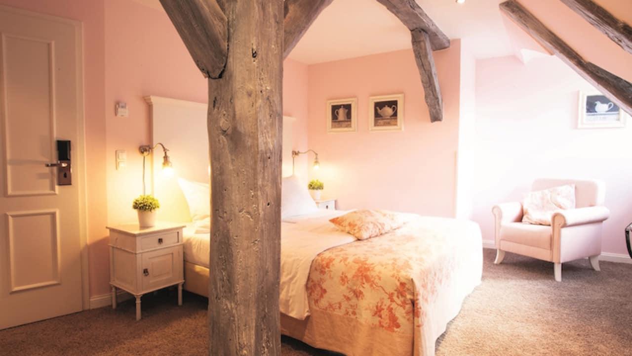 Die sehr großen Doppelbetten garantieren eine ruhige Nacht, in der Erholung an erster Stelle steht (Foto: Schloss Basthorst)