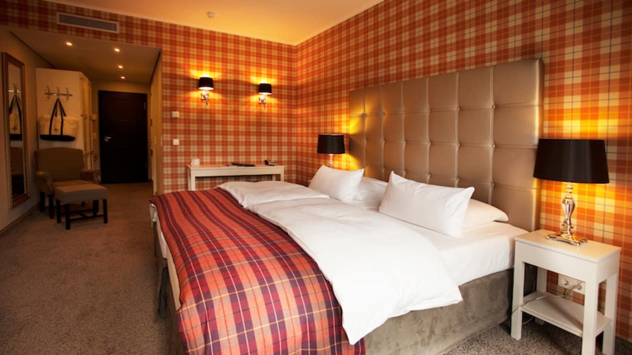 <h2>Stilvoll eingerichtete Zimmer</h2> Hier fühlt sich der Gast sofort wohl, da alle Zimmer harmonisch aufeinander abgestimmt sind (Foto: Schloss Basthorst)