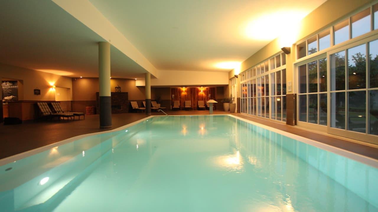 <h2>Ein großzügiges Schwimmbad</h2> Das Schwimmbad des Schloss Basthorst kann zur Abkühlung oder zum Schwimmen von Bahnen genutzt werden (Foto: Schloss Basthorst)