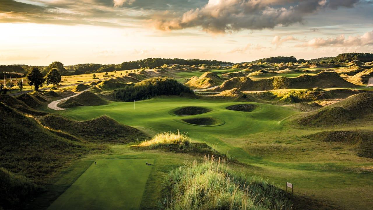 Die 45-Löcher-Golfanlage WINSTONgolf gehört mit ihrem Inland Links Course zu den besten deutschlandweit und liegt ganz in der Nähe von Schloss Kaarz. (Foto: Stefan von Stengel)