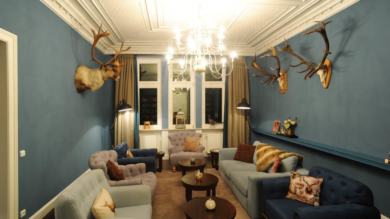 Früher beherbergte der Blaue Salon die Schlossbibliothek, heute genießen hier die Gäste hausgemachten Apfelpunsch oder Cidre. Bücher zum Schmökern gibt es immer noch. (Foto: Andreas Duerst)