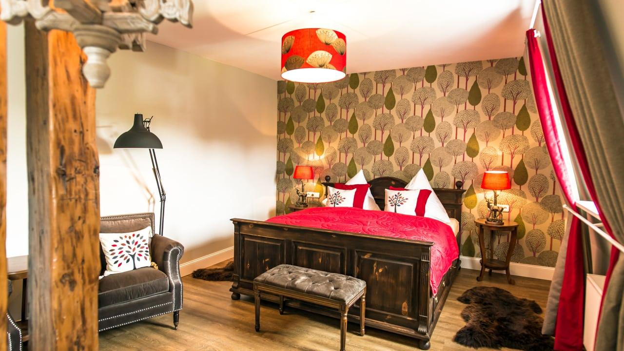 Jedes Zimmer im Schlosshotel ist individuell eingerichtet und trägt einen thematisch passenden Namen, wie hier das Försterzimmer mit Waldmotiven. (Foto: Stefan von Stengel)