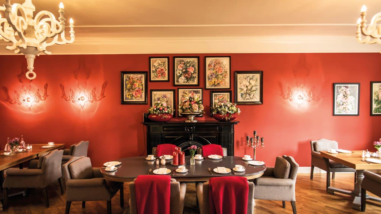 Der historische Rote Salon beherbergt heute das Schlossrestaurant mit seiner ausgezeichneten Fine Dining-Küche. (Foto: Stefan von Stengel)