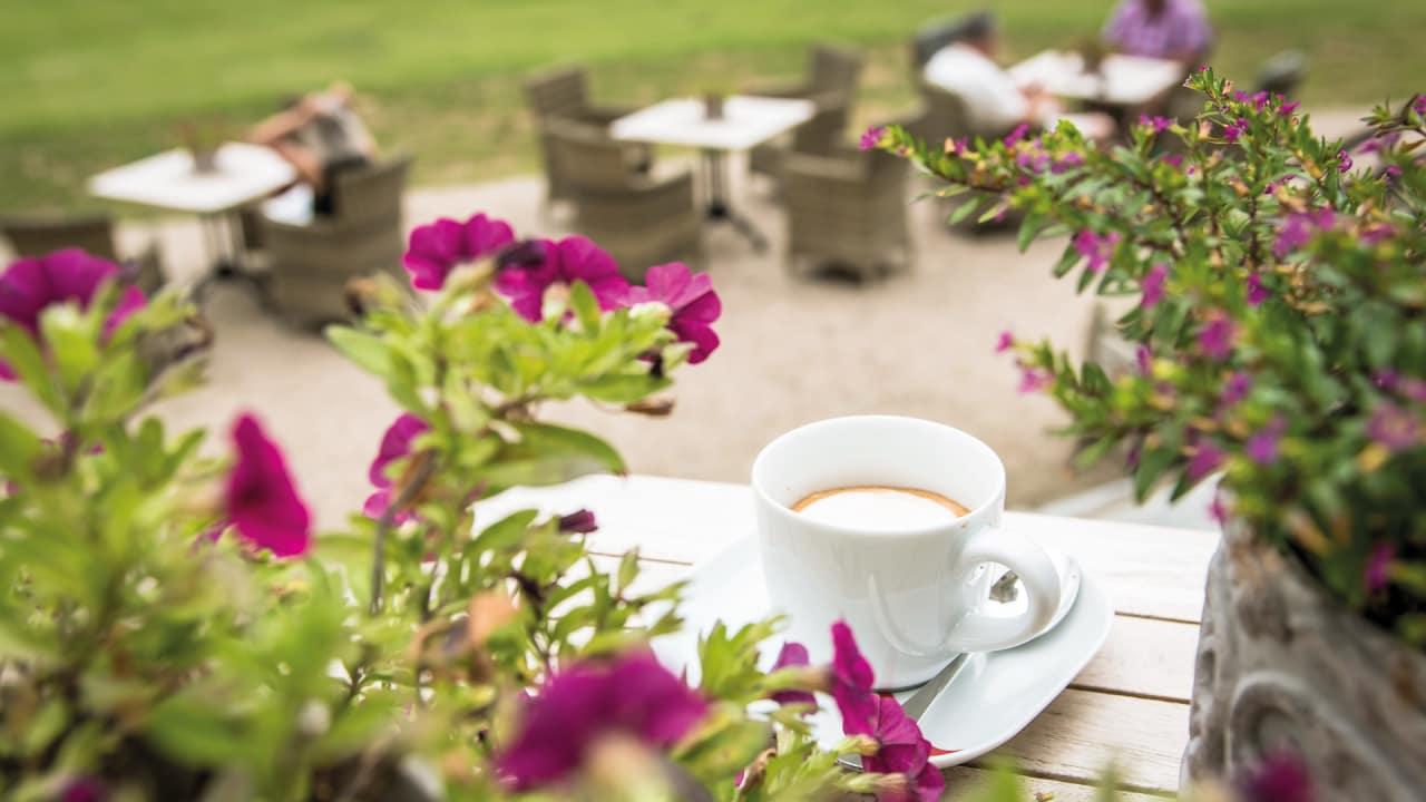Nach der Golfrunde können Gäste auf der Schlossterrasse entspannen und den Blick in den sieben Hektar großen Schlosspark genießen. (Foto: Stefan von Stengel)