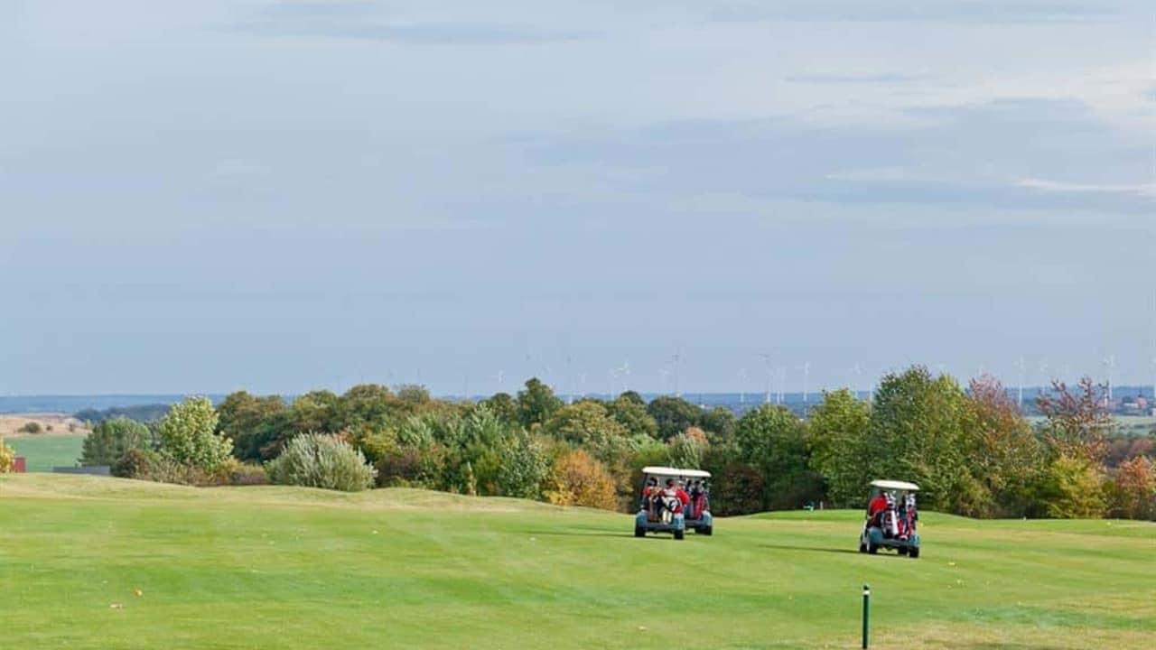 Der Golfplatz im Herbst - ein tolles Panorama erwartet Sie. (Foto: Schloss Meisdorf)