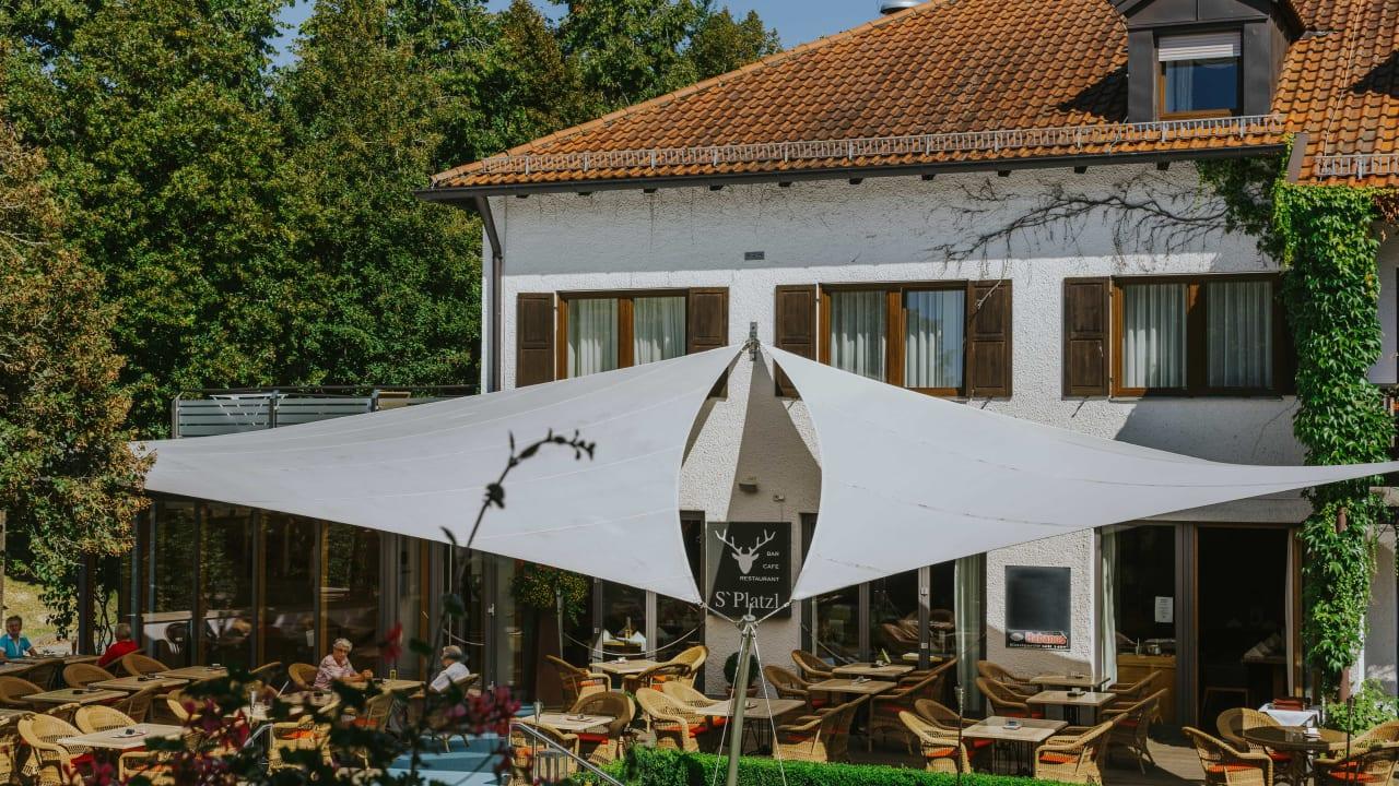 <h2>Sonnenterrasse</h2>Perfekt für eine kurze Entspannungspause zwischen Mittagessen und einer Nachmittagsrunde Golf. (Foto: Hotel Drei Quellen Therme)