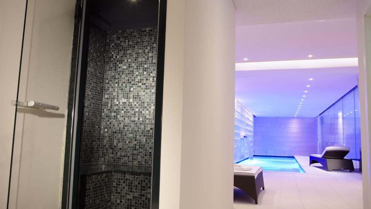 Der gesamte Spabereicht erstrahlt im luxuriösen Design. (Foto: Boutique Hotel Villa am Ruhrufer Golf & Spa)