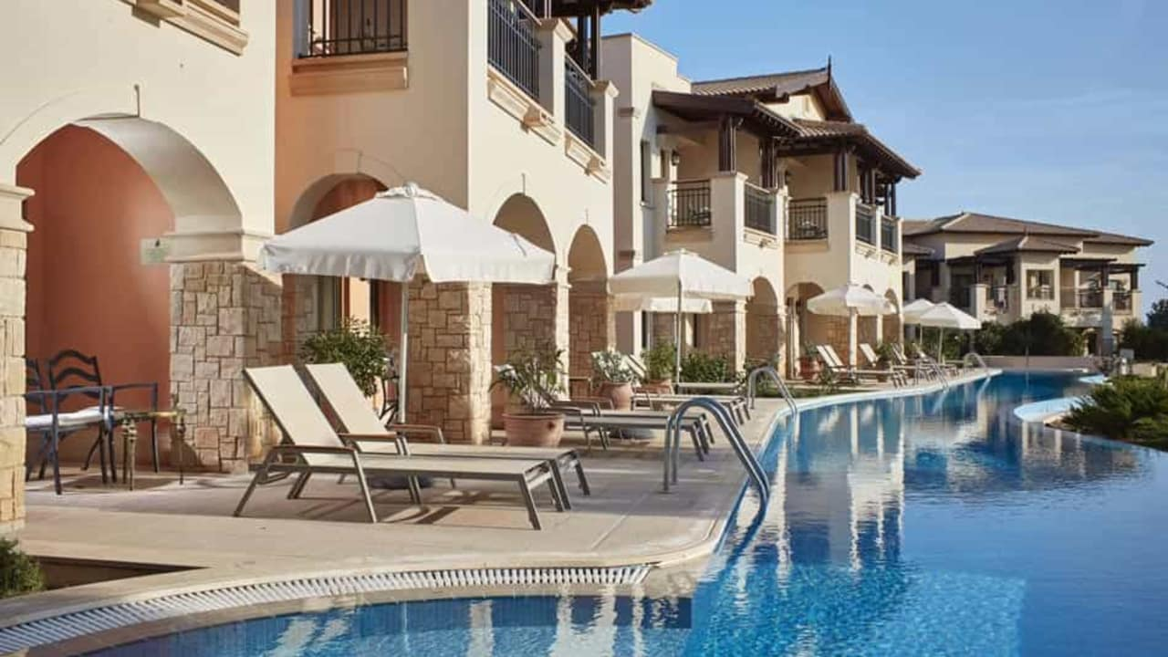 Sie suchen Entspannung? Dann legen Sie sich doch gemütlich an den Pool und genießen Sie die Sonne. (Foto: Aphrodite Hills Resort)