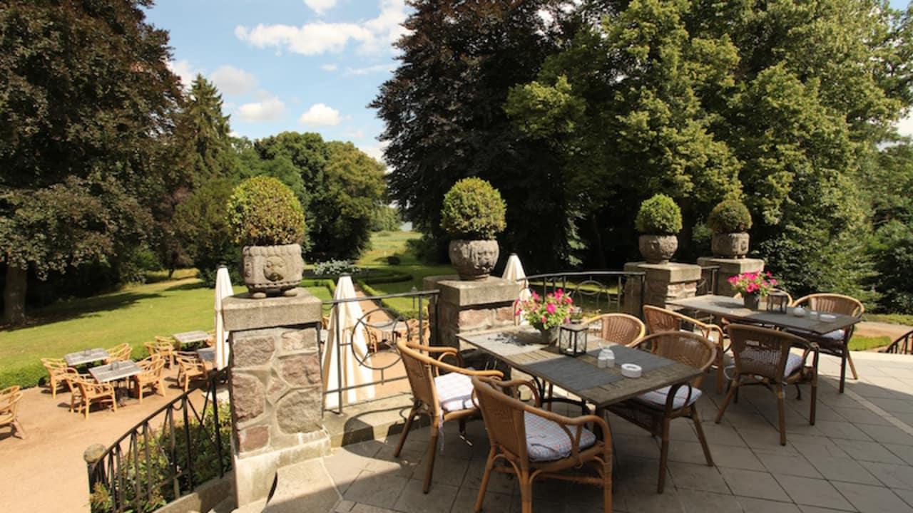 Auf der Terrasse kann man entspannen oder ein Stück Kuchen genießen. (Foto: Schloss Basthorst)