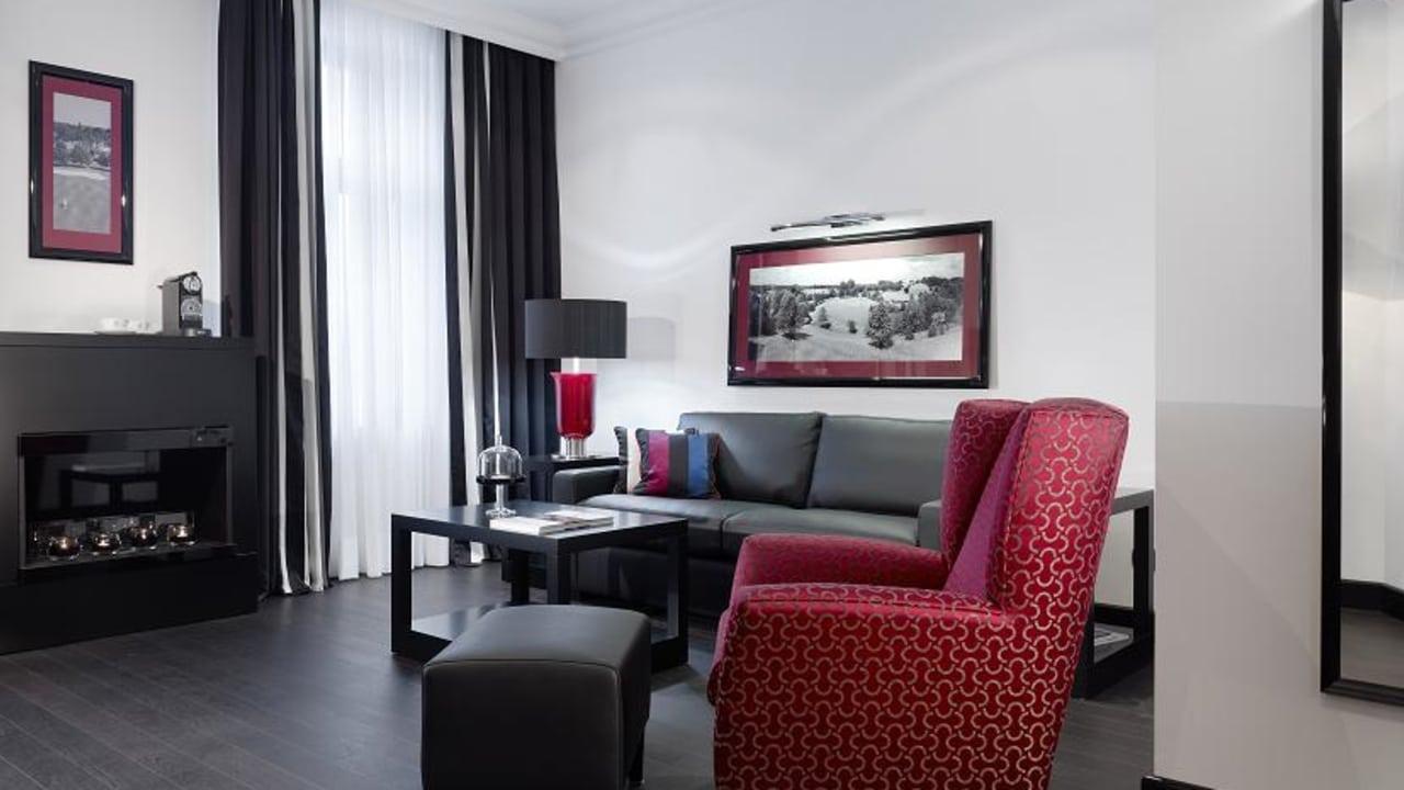 Ebenfalls Teil der Suite ist ein modern und luxuriös eingerichtetes Wohnzimmer. (Foto: Boutique Hotel Villa am Ruhrufer Golf & Spa)