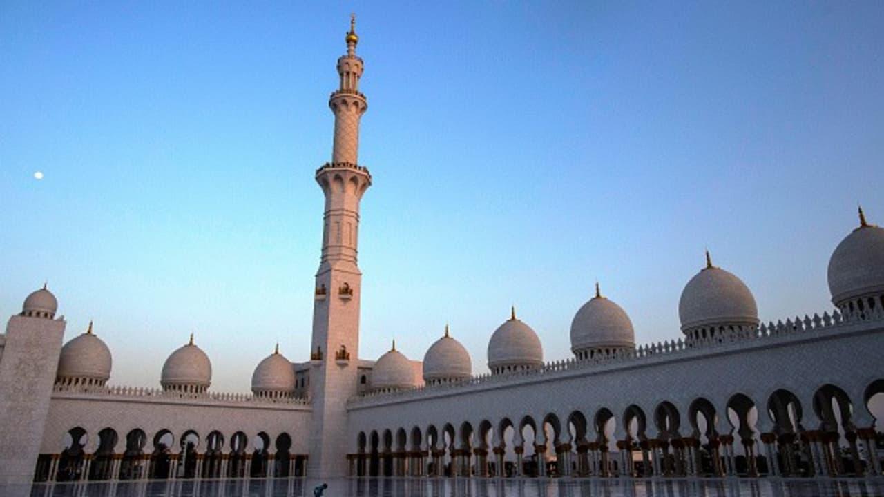<h2>Die große Moschee</h2> Abu Dhabi ist nur die Hauptstadt der der Vereinigten Arabischen Emirate. Es ist eine junge, boomende Metropole, die sportlich und kulturell einiges zu bieten hat. <br>Als eines der Wahrzeichen Abu Dhabis strecken sich vier Minarette 107 Meter in die Lüfte, 82 separate Kuppeln verteilen sich auf dem Dach und in ihrem Bauch finden mehr als 40.000 Gläubige Platz zum gleichzeitigen Gebet. Die Scheich-Zayid-Moschee von Abu Dhabi ist die drittgrößte der Welt und geizt nicht mit Superlativen. Das Innere ist verziert mit Gold, Marmor und Kristall. Im Zwiegespräch mit Gott dient der größte handgeknüpfte Teppich der Welt als Unterlage. Über dem 5.627 Quadratmeter Flechtwerk schwebt übrigens ein gewaltiger Kronleuchter. Mit einem Durchmesser von zehn Metern gilt dieser ebenfalls als weltweit unerreicht. Die große Moschee ist jedoch nicht der einzige Prachtbau von Abu Dhabi.<br>(Foto: Getty)