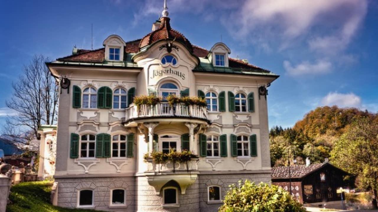<h2>Das Jägerhaus</h2> In dieser Villa residierten die Baumeister und Architekten des Königs. Heute kann man hier selbst erfahren wie es ist königlich zu residieren (Foto: flickr).