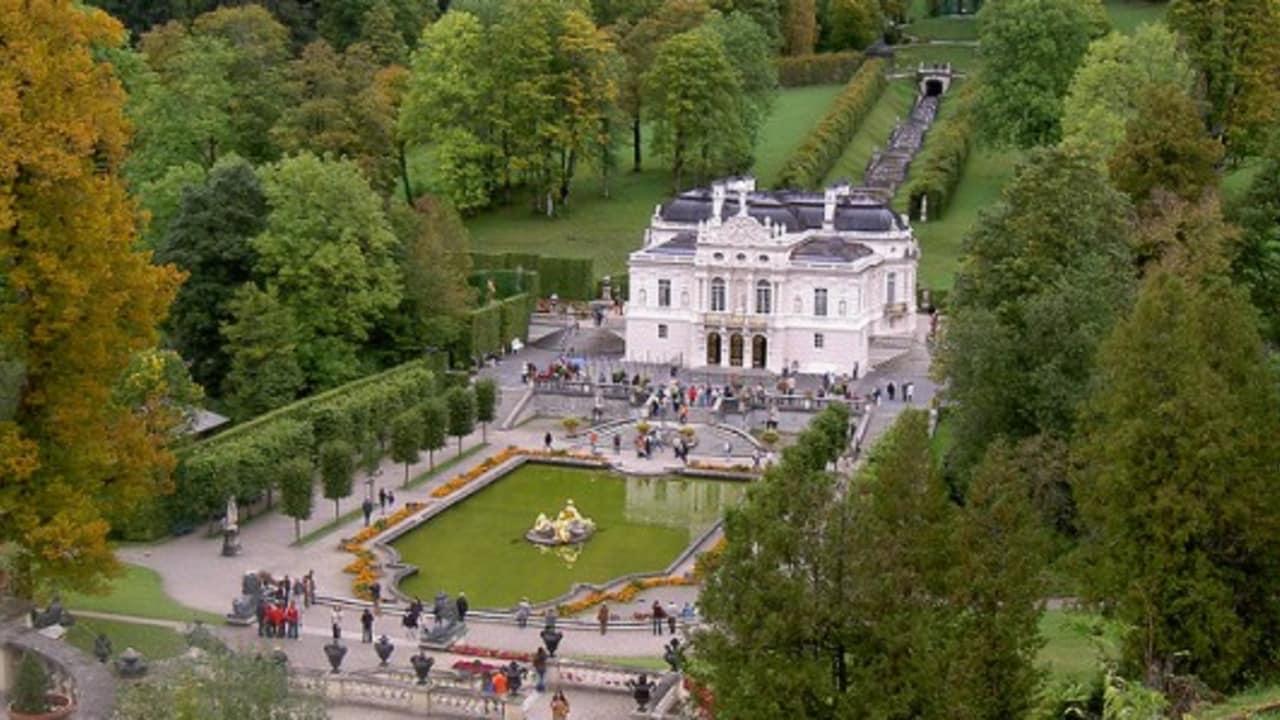 <h2>Schloss Linderhof</h2> Das kleinste der drei Schlösser König Ludwigs II war sein Lieblingsschloss und ist das Einzige das noch zu seinen Lebzeiten fertiggestellt wurde (Foto: flickr).