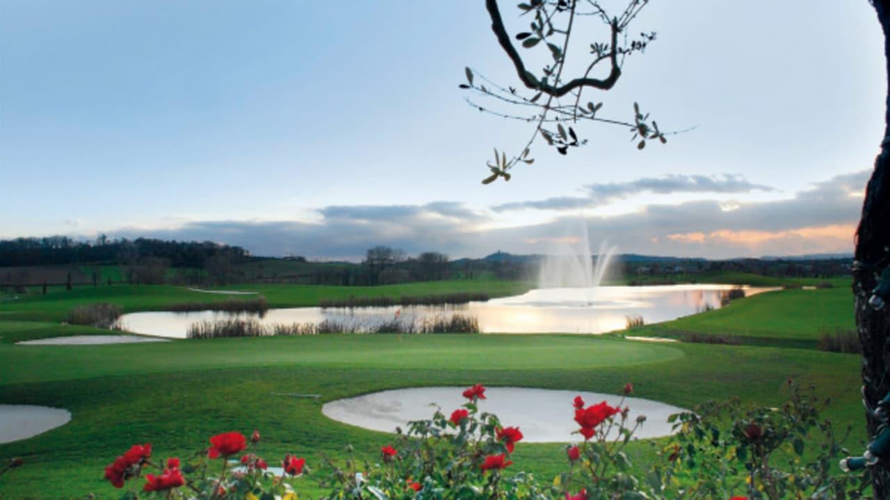 Ein Blick auf die traumhafte Kulisse der Golfanlage. (Foto: golf holiday italy)