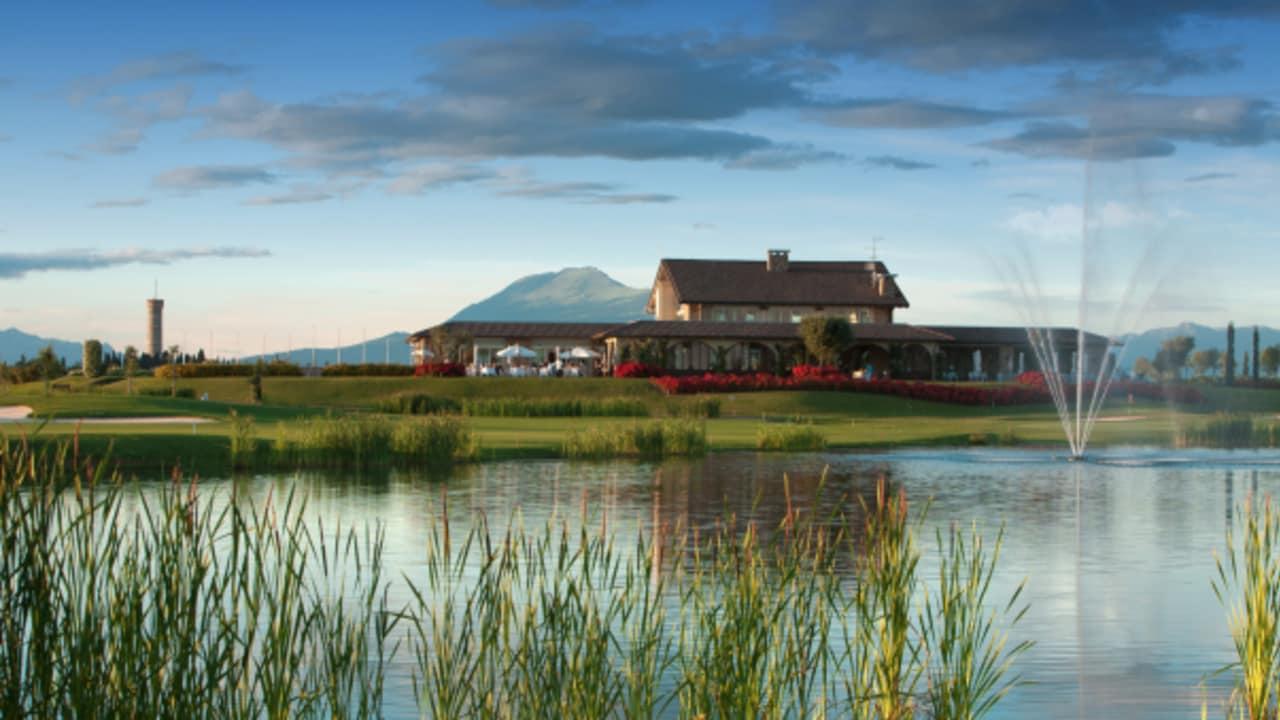 Ein schöner Ausblick auf das Clubhaus des Golfplatzes Chervò Golf San Vigilio. (Foto: golf holiday italy)
