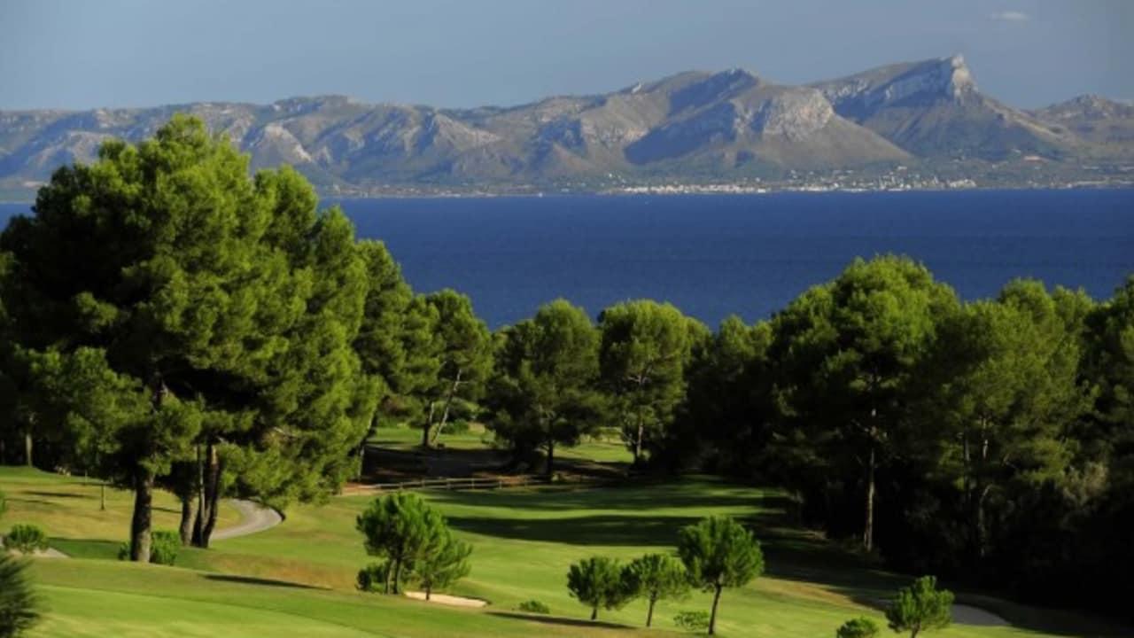 Der Club de Golf Alcanada liegt im Norden Mallorcas und ist direkt am Meer gelegen. Er bietet von fast allen Löchern einen traumhaften Meerblick. Dieser Golfplatz zählt zu den renommiertesten in Spanien und Europa. (Foto: Club de Golf Alcanada)