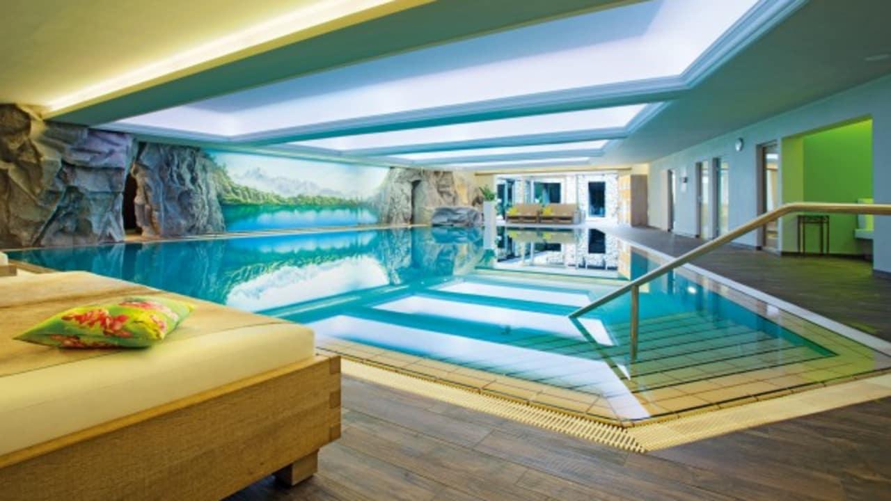 Einfach abtauchen: Nach erlebnisreichen Ausflügen lockt die neu gestaltete WellÉtage mit Pool, Ruhebetten und jeder Menge Entspannung. (Foto: epr/Parkhotel Frank)
