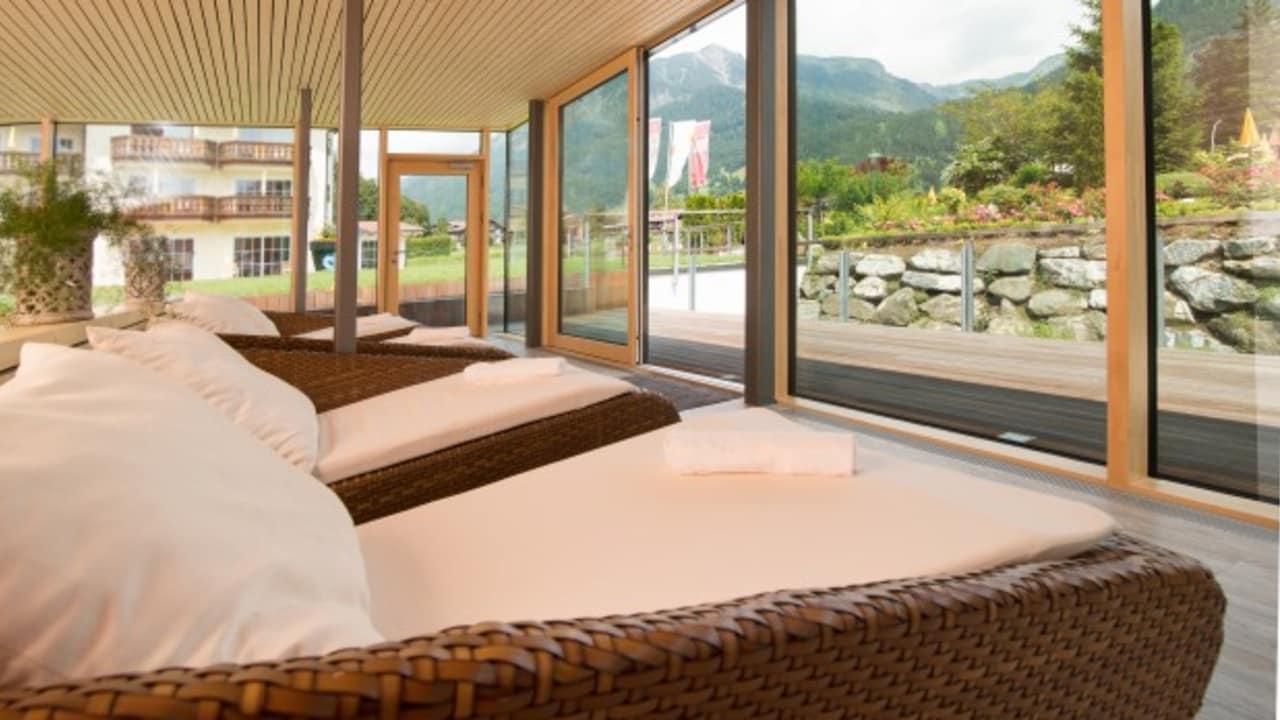 """In der """"Welle"""" haben die Gäste des Parkhotels Frank einen tollen Panorama-Blick auf die Bergwelt mit Nebelhorn und Skisprung-Schanze. (Foto: epr/Parkhotel Frank)"""