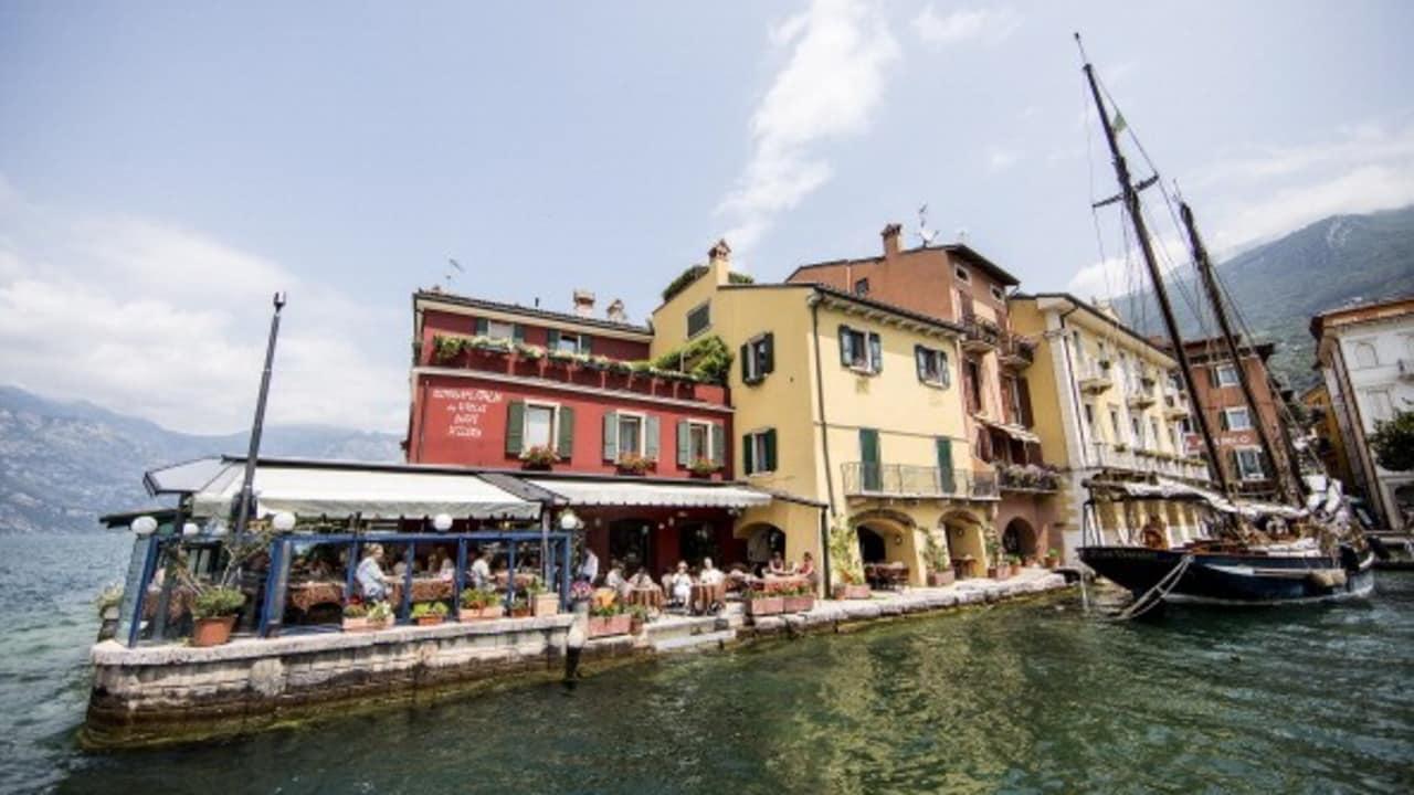 Wer lieber am Wasser sitzen möchte kann auch in den am Hafen gelegenen Restaurants speisen. (Bild: Dean Treml/Red Bull/Getty Images)
