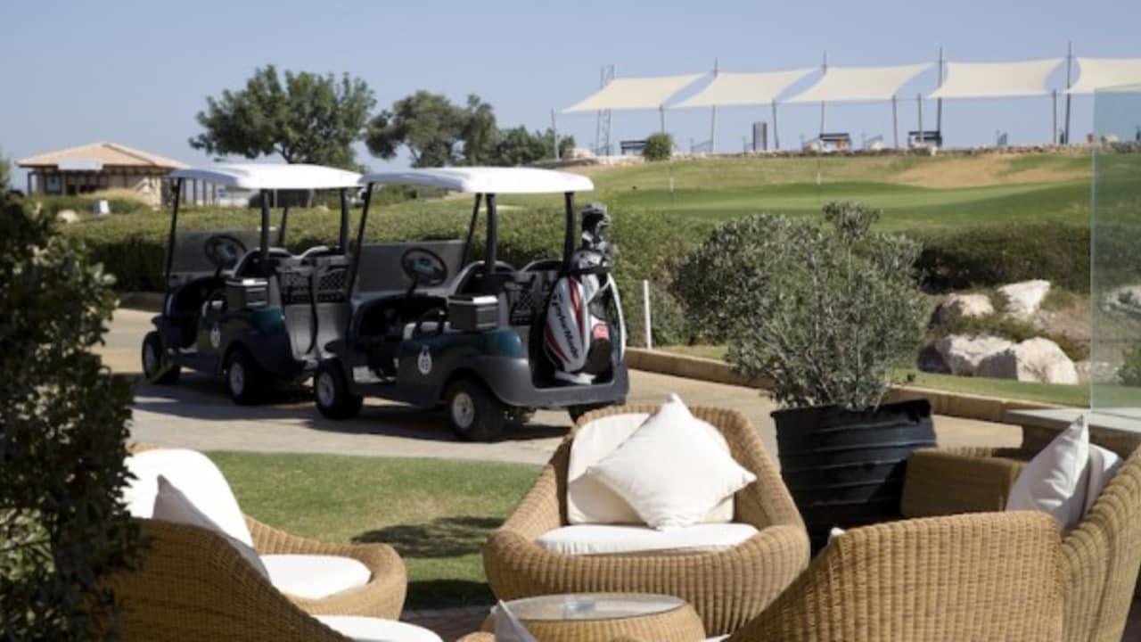 Neben dem herrlichen Ausblick auf den Ort, wo Aphrodite, die Göttin der Liebe, der Legende nach dem Meer entstiegen ist, bietet der Golf Club auch eine zugehörige Drei-Loch-Golfakademie und ein luxuriöses Clubhaus. (Foto: Aphrodite Hills Resort)