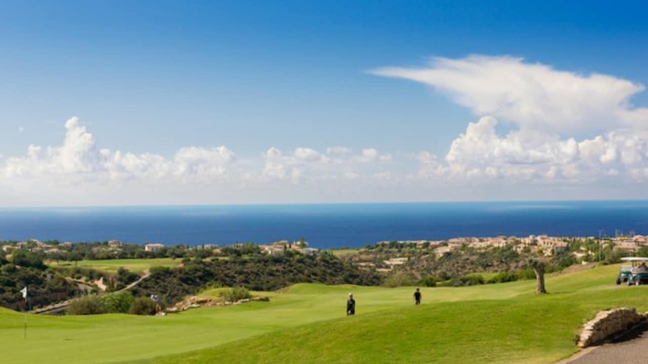 Das allererste Freizeit- und Golfprojekt seiner Art in Zypern - das Aphrodite Hills Resort – beheimatet einen großartigen Meisterschaftsgolfplatz, der sich über 6.299 Meter hinweg streckt. (Foto: Aphrodite Hills Resort)