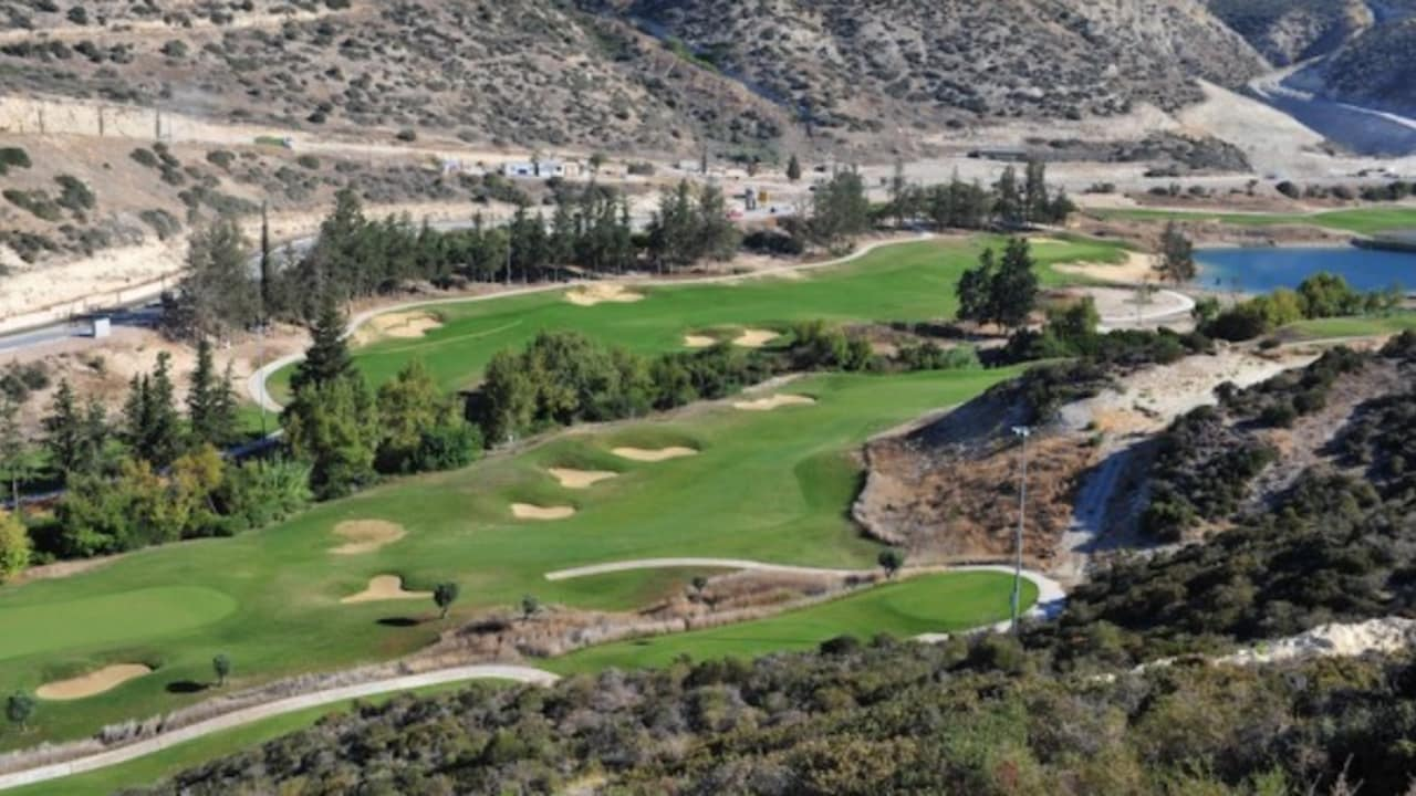 Sorgfältig in die natürliche Landschaft integriert und innerhalb der ausgereiften Vegetation im unteren Teil des Tals angelegt, besticht der Platz durch einen ausgeprӓgten Charakter in Zypern. (Foto: Secret Valley Golf)