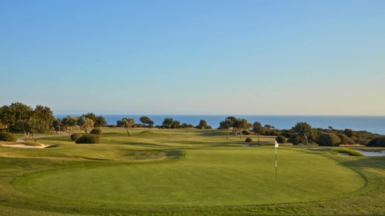 Dieser preisgekrönte Golfplatz, der als Dritter in Zypern gebaut wurde, wurde offiziell in 2002 eröffnet und vom renommierten Architekten Cabell Robinson entworfen. (Foto: Aphrodite Hills Resort)
