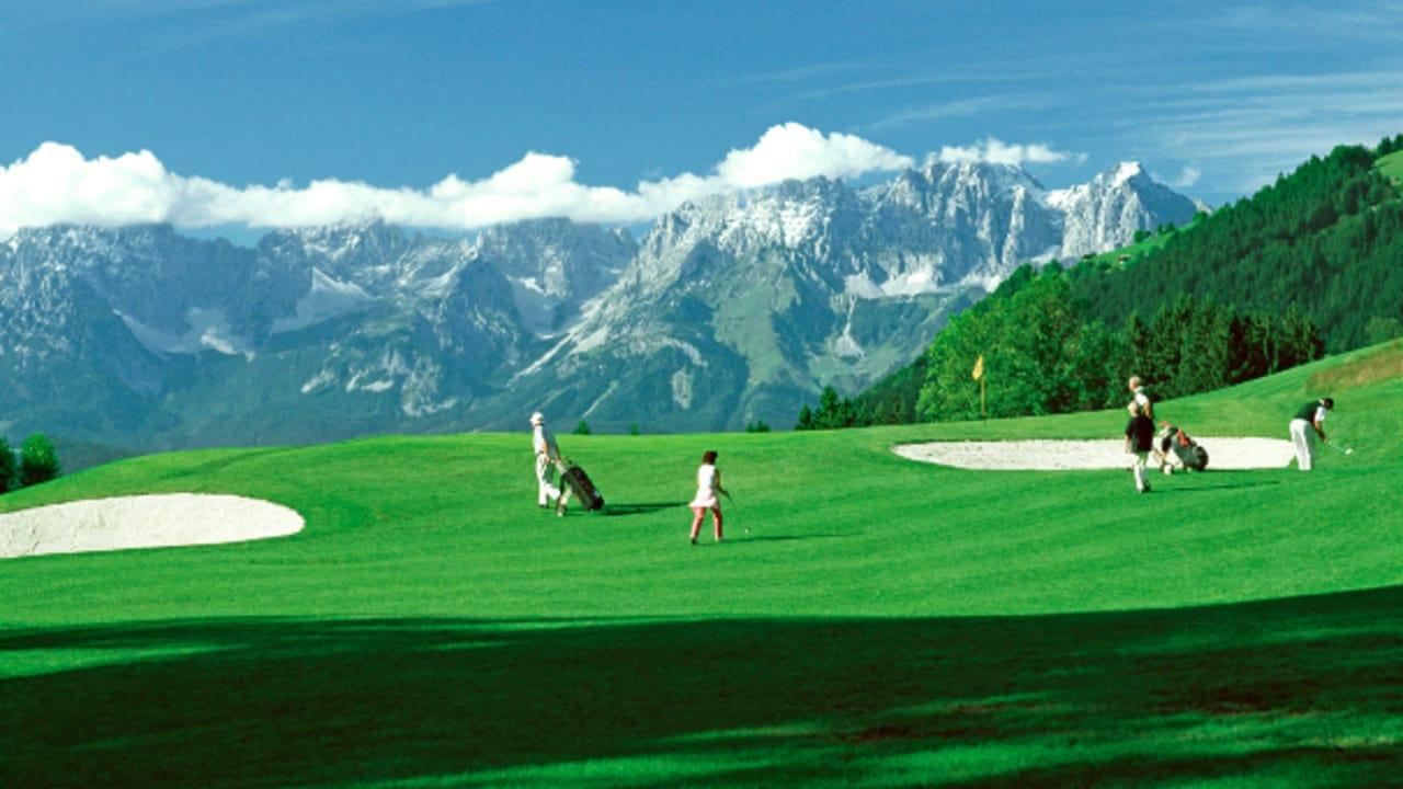 Auf dem Tiroler Golfplatz haben Spieler einen herrlichen Blick auf die Kitzbüheler Alpen,... (Foto: Golfplatz Eichenheim)