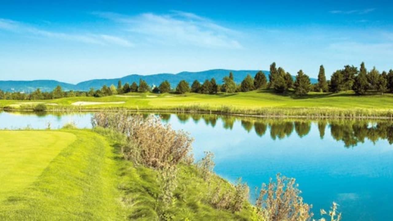 Ein zehn Hektar großer See bestimmt das Design des Platzes. In diesem kann im Sommer auch gebadet werden. (Foto: GC Fontana)