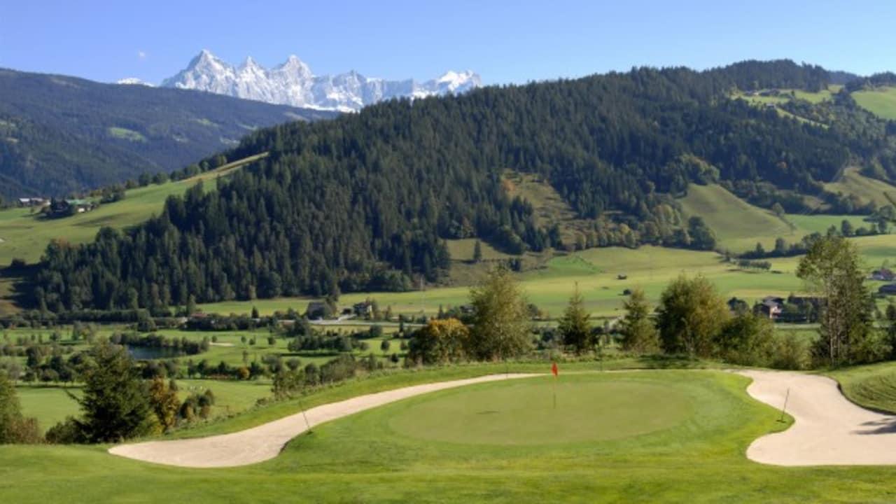 Im Salzburger Land befindet sich der GC Radstadt. Hier können Golfer mit Blick auf das Dachstein-Massiv eine Runde drehen. (Foto: GC Radstadt)