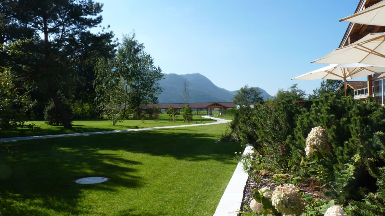 2000qm Garten und Sonnenterrassen rund ums Hotel. (Foto: Golf Resort Achental)