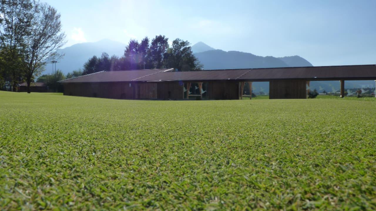 Drinving Range mit 22 Abschlagsplätzen und 2 modernen Scope - Analyse - Hütten. (Foto: Golf Resort Achental)