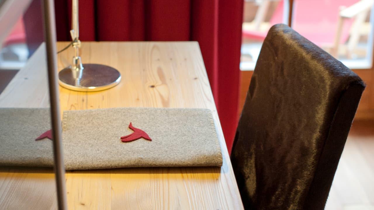 Komfortzimmer mit warmen Holzböden, roten Loden, kostenfreiem SKY TV, W-Lan und Minibarverzehr für die Gäste. (Foto: Golf Resort Achental)