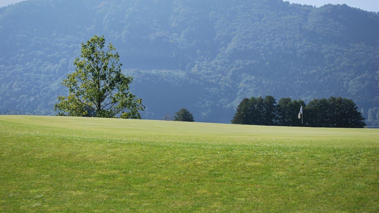 Spielen mit Bergblick (Foto: Golf Resort Achental)