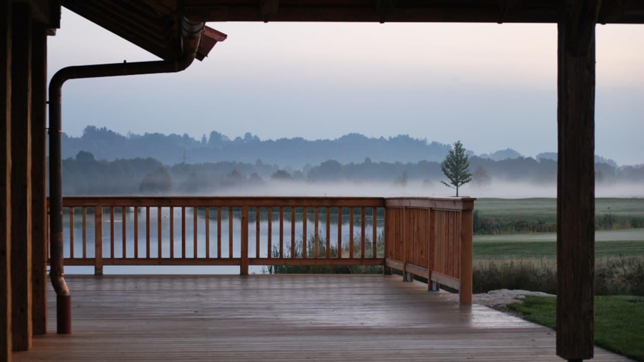 Seehaus auf dem Golfplatz mit Terrasse zum Einkehren auf der Runde und auch als Veranstaltungslocation. (Foto: Golf Resort Achental)