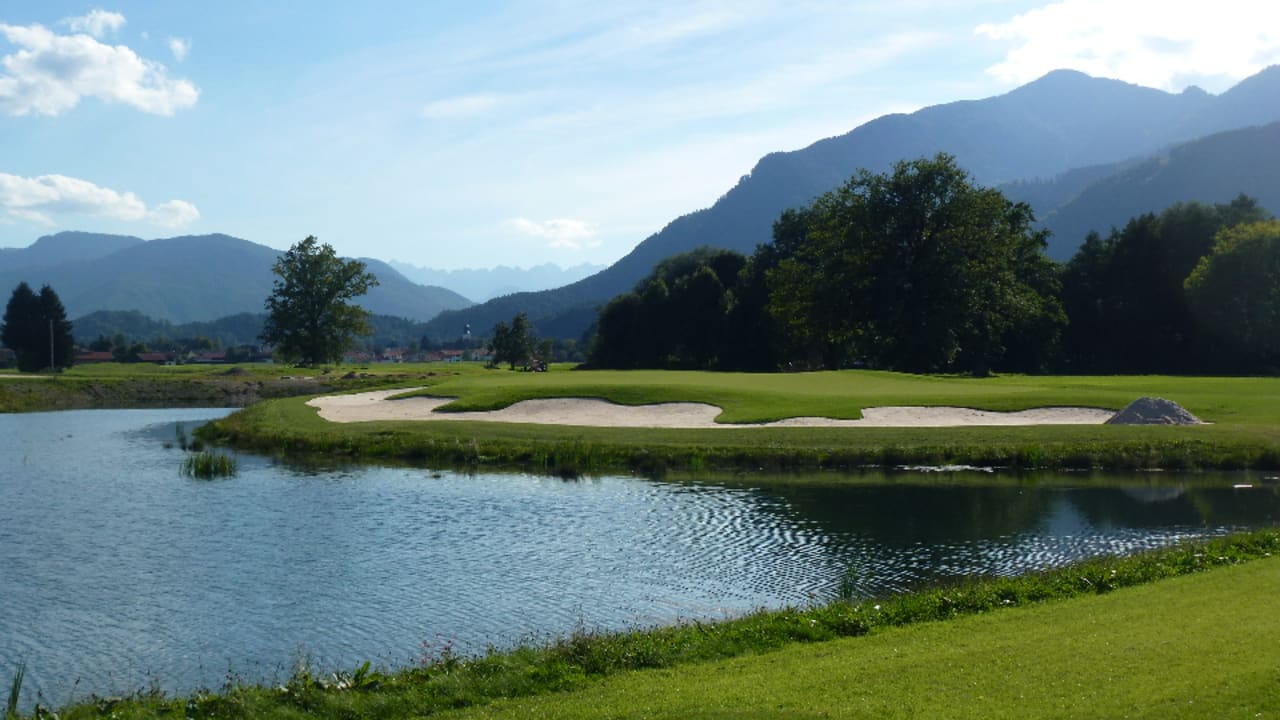 """Blick auf die Grassauer Hausberge """"Hochplatte"""" und """"Hochgern"""" sowie nach Tirol auf den """"Wilder Kaiser"""". (Foto: Golf Resort Achental)"""