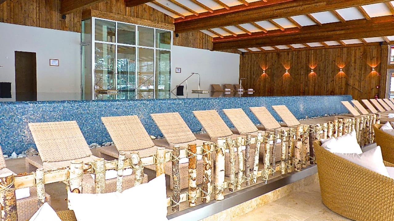 """17 x 5m Panoramapool mit Blick auf den """"Wilden Kaiser"""". (Foto: Golf Resort Achental)"""