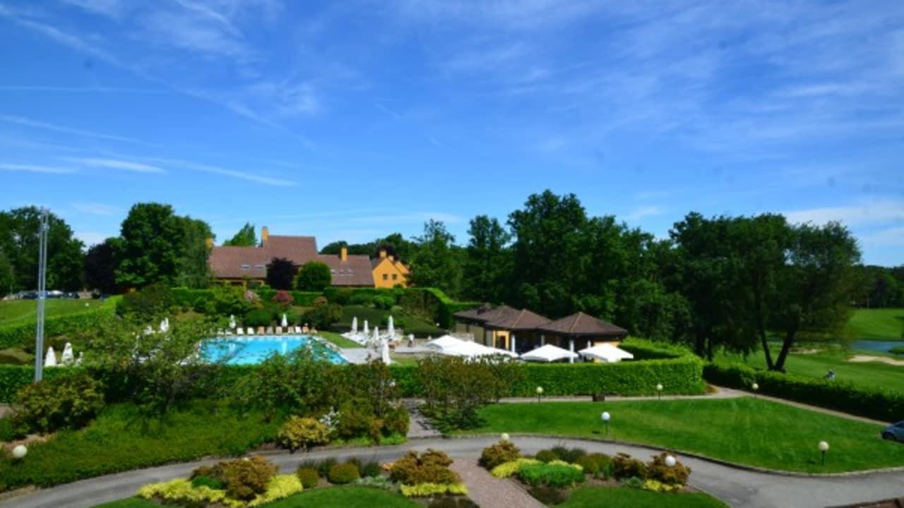 Die Sicht auf die Hotelanlage Castelconturbia. (Foto: Golf Hotel Italy)