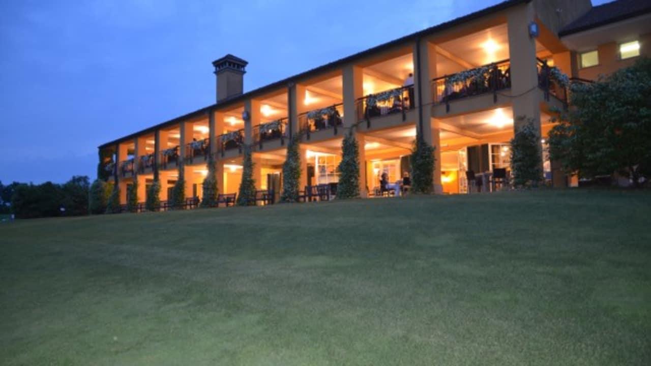 Das Hotel und Clubhaus Castelconturbia  bei Nacht. (Foto: Golf Hotel Italy)