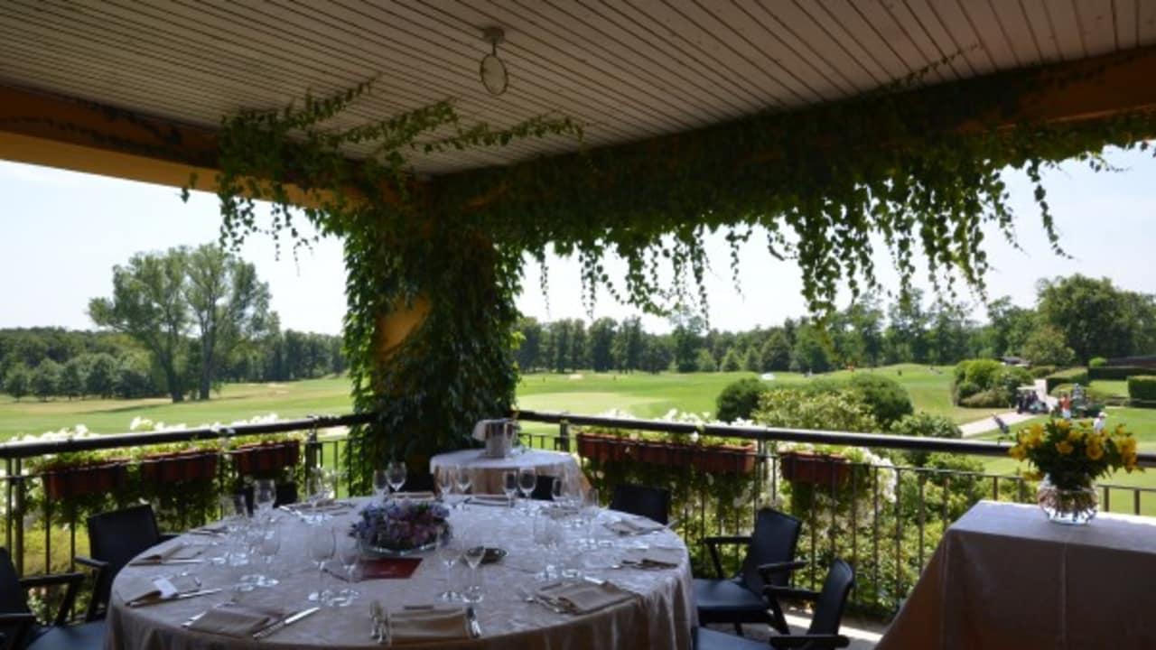 Auf der Terrasse des Clubhauses können die Gäste das schöne Wetter Italiens genießen. (Foto: Golf Hotel Italy)