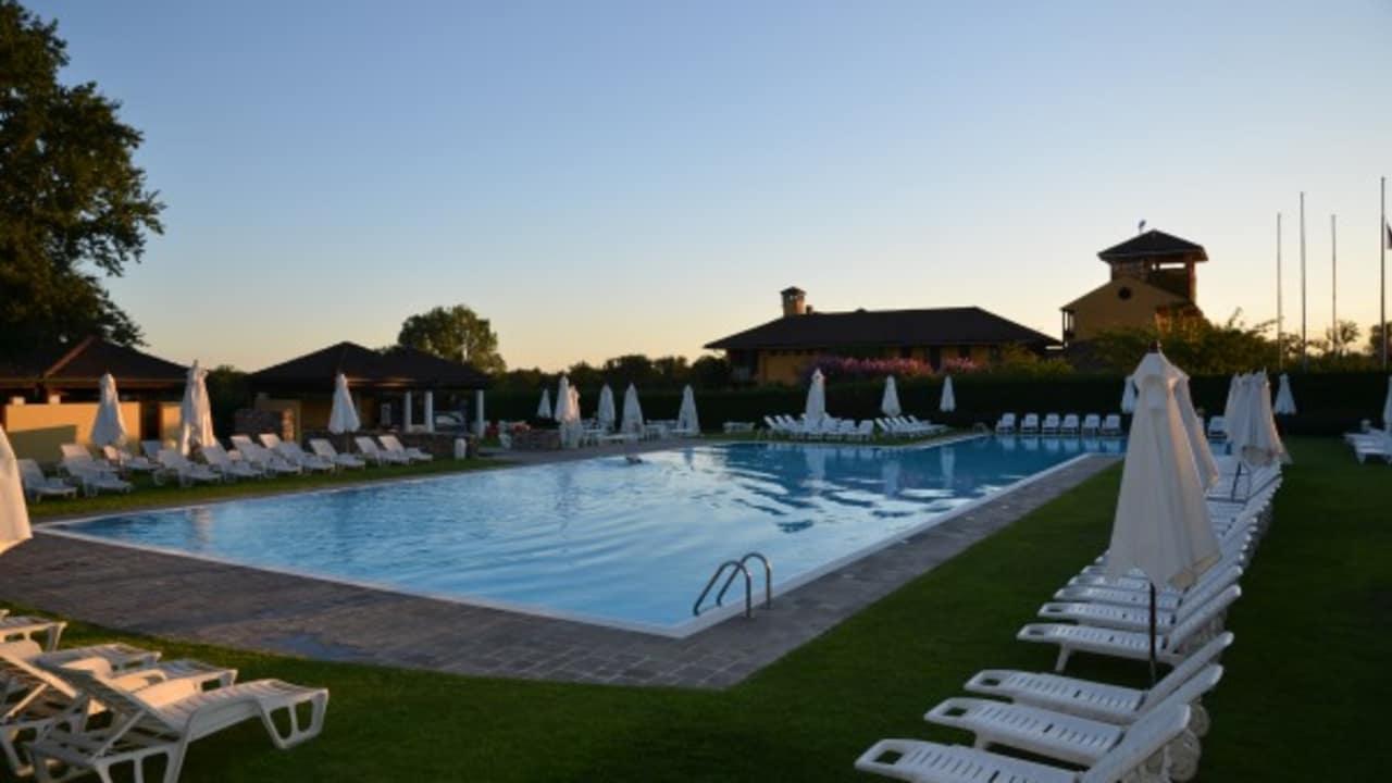 Zusätzlich, neben der Platznähe, bietet das Hotel einen Pool, der nach der Golfrunde der Entspannung und Abkühlung dient. (Foto: Golf Hotel Italy)